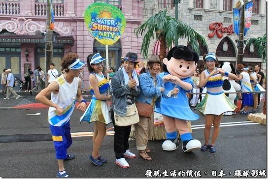 日本-環球影城,活動過後工作人員與遊客合照
