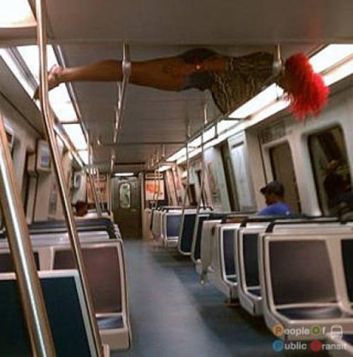 pessoas bizarras em metrô (12)