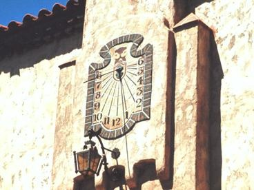 Gambar 15. Jam matahari sebagai jam kota peninggalan masa lalu yang tidak pernah rusak