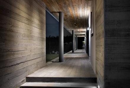 Casa con fachadas de hormig n visto fuerte en presencia y for Casa moderna hormigon