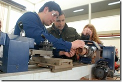 El intendente junto a alumnos de la Escuela Técnica Nº 2 de Mar de Ajó