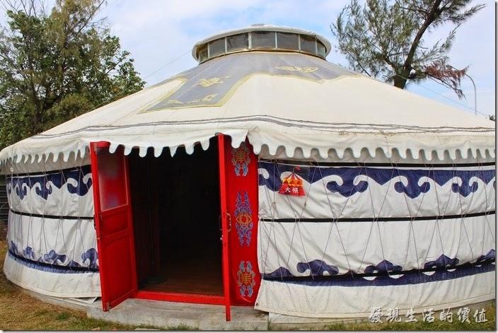 台南-台灣咖啡文化館。蒙古包大帳比前面的小蒙古包大多了,還有兩扇紅色的木頭門扉。