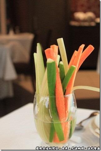 尼法咖啡,法式餐廳。蔬菜條(包括紅蘿蔔、芹菜、小黃瓜)。
