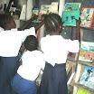 Les élèves entrain de lire dans la Bibliot. de l'EP I Ki (3).JPG