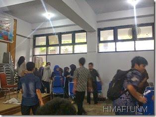 Teman teman pengurus HIMAFI FMIPA mengangkat kursi