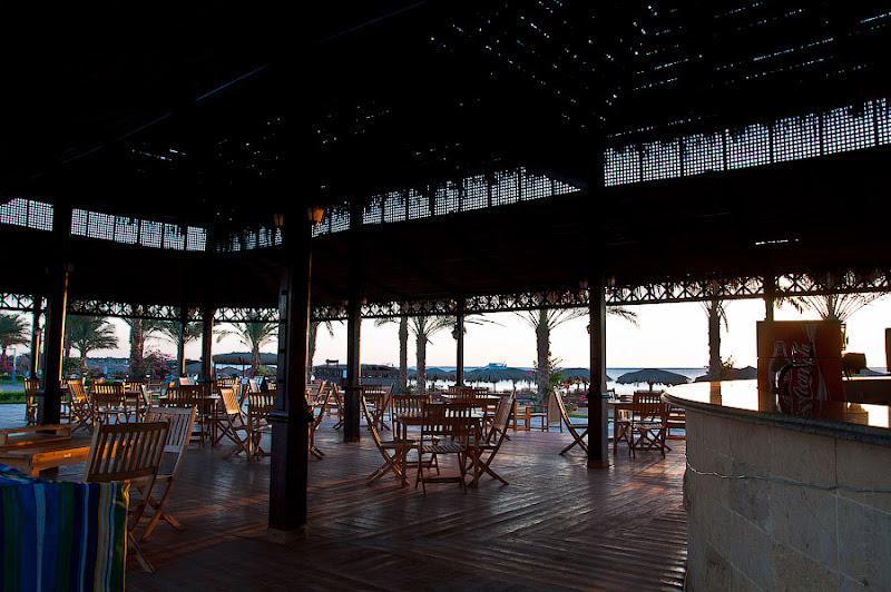 Отель Caribean World Resort Soma Bay. Хургада. Египет. Новый день - новый рассвет. И, пока ещё пустынный, бар у пляжа.