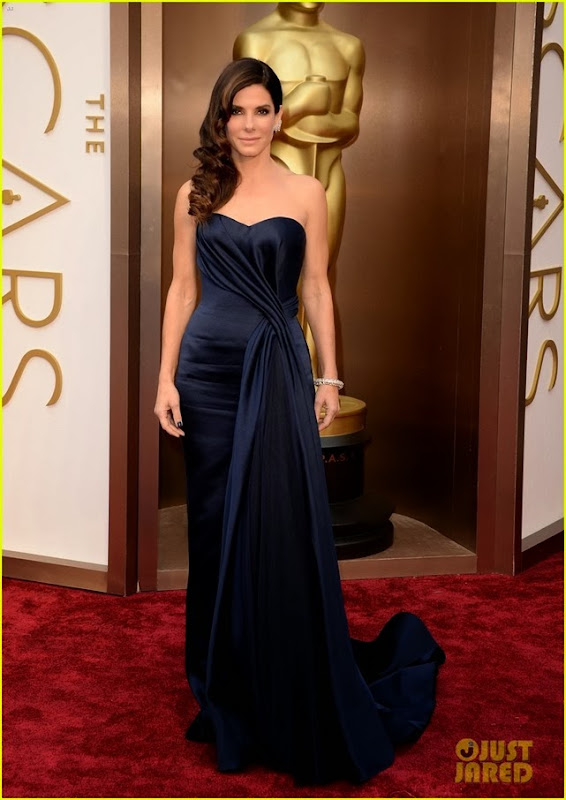 sandra-bullock-gravitates-to-the-oscars-2014-red-carpet-04