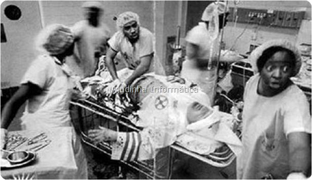 Um branco racista da KKK (Ku Klux Klan ) sendo socorrido por médicos e enfermeiros NEGROS logo depois de ser baleado.