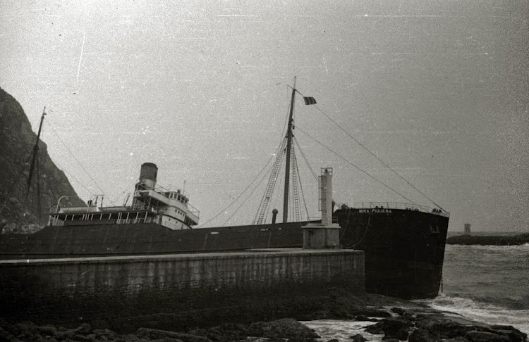 Espectacular foto del MINA PIQUERA varado en Pasaia. Noviembre de 1947.jpg