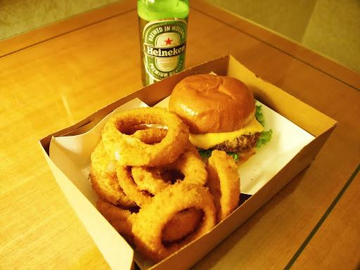 [写真]ハンバーガーとオニオンリング、ハイネケン