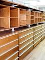 Vestidor Status en madera de encino precompuesto, basado en postes de aluminio y componentes: Alhajeros, zapateras, cajoneras, taburetes, entrepaños, camiseros, pantaloneros, maraca Orbis home