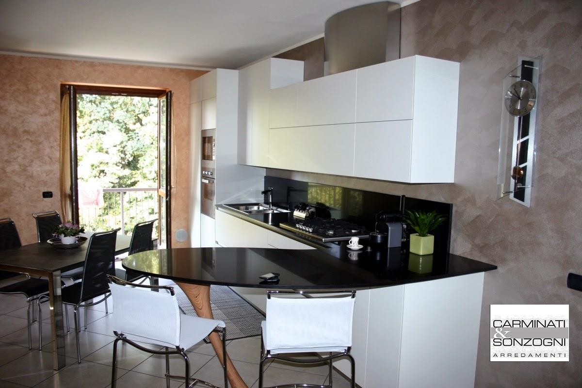 Cucina ola snaidero con penisola a forma di boomerang e for Piani di progettazione della casa 3d 4 camere da letto
