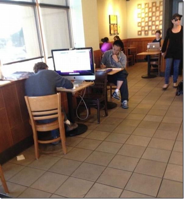 dando uma olhadinha no facebook no café