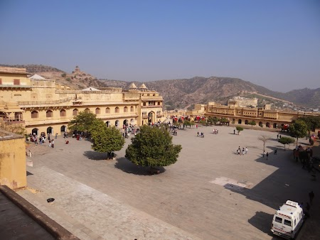 21. Panorama curtea Amber Fort.JPG