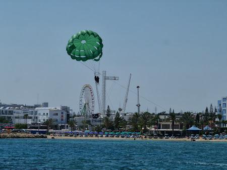 La mare in Cipru: Parasailing in Cipru