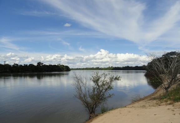 Le Rio Teles Pires, affluent du Tapajos. Colider (Mato Grosso, Brésil), 20 juillet 2010. Photo : Cidinha Rissi