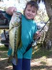 A pequena Celina Curi de 5 aninhos pescando um black bass de 4 kilos...É isso ai pescadora