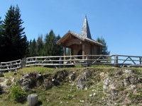 Kapelica ob rondoju na zahodnem robu grebena Zahomske planine