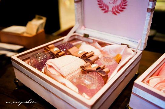 caixa rosa e branco CM