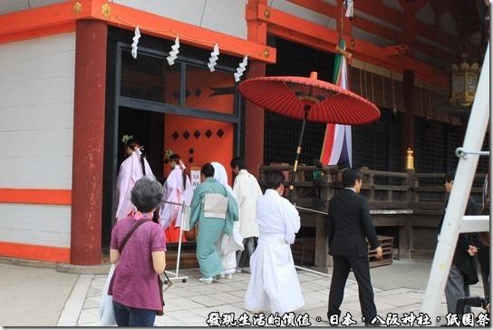 八坂神社-紙園祭,這對新人就這樣一路的走進本殿。