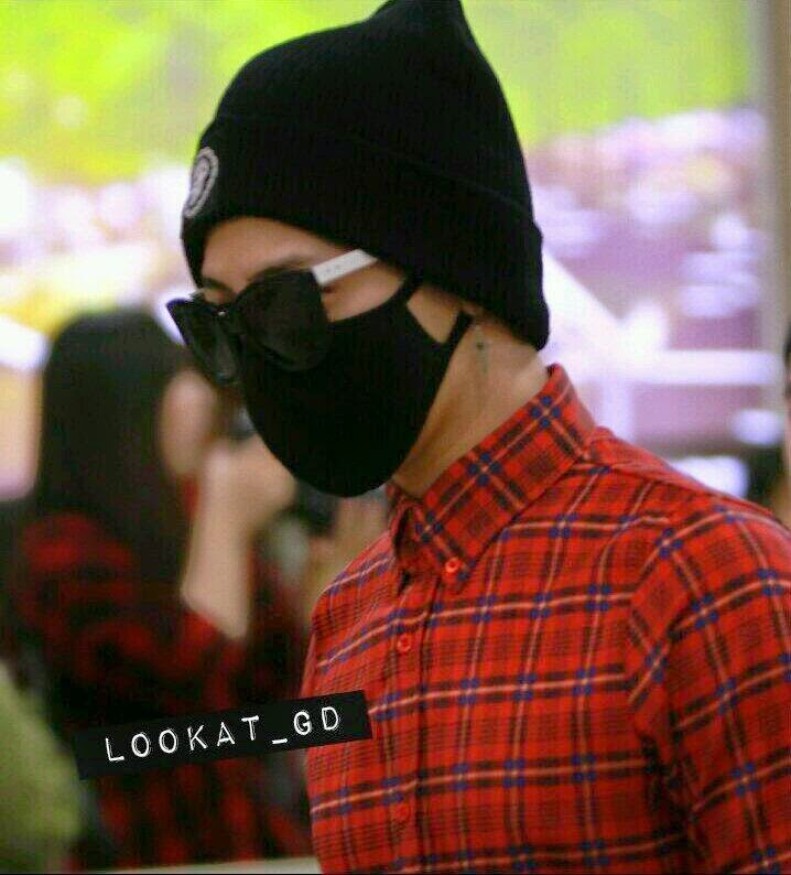 G-Dragon - Gimpo Airport - 14apr2014 - Fan - Looat_GD - 1.jpg