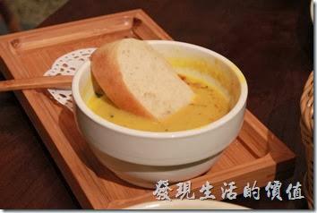 台南-mumu小客廳早午餐。主廚濃湯-南瓜湯,NT$80。湯頭很好喝,裡頭還吃得到南瓜、洋蔥、胡蘿蔔的顆力,手工麵包吃起來基本上沒什麼味道,但把手工麵包泡到湯頭裡再吃就可以吃得到原本南瓜湯的多重口感,這是單獨喝湯與單獨吃麵包所感受不到的。