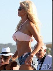 victoria-silvstedt-in-pink-bikini-top-in-st-tropez-05-675x900