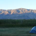 On finit dans un camping à 10$ la nuit (argent qu'on insère dans une boite aux lettres), sans douche. Mais le bon ptit resto du soir et la vue au bord du lac rattrapent tout ! (photo de notre tente (c) Emilie !)