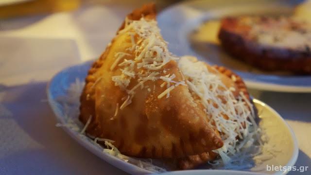 Τελεια τυροπιτάκια στην ταβέρνα Ρούσσικο στα Θυμιανά της Χίου