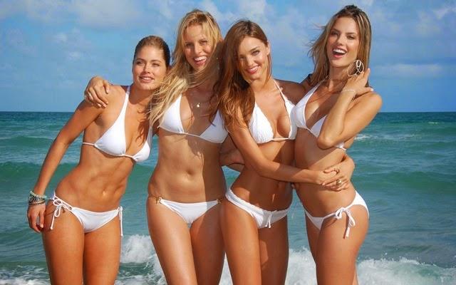 femei in bikini la plaja