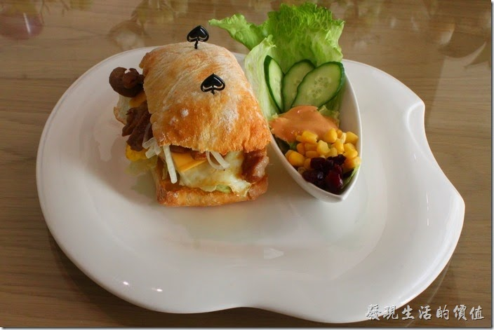 台南-L B_Coffee綠色咖啡廳。有沒有注意到,這裡的餐盤用的都是咬了一口的蘋果造型,非常精製典雅呢!