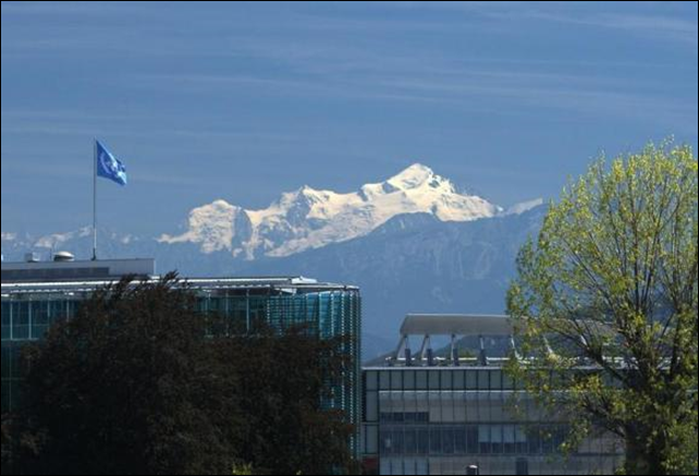 A United Nations flag is pictured on the top of the World Meteorological Organization (WMO) building with the Mont-Blanc massif in the background in Geneva, 5 August 2009. Photo: Denis Balibouse / Reuters