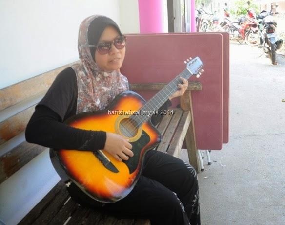 syerah main gitar