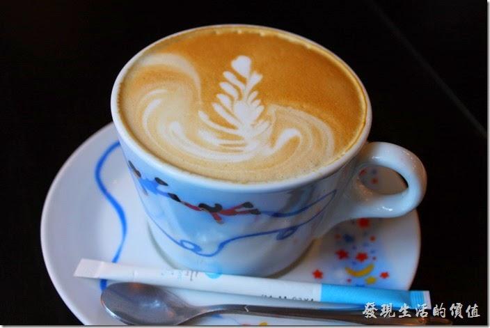 台南-PS-Cafe-Brunch。餐後的飲品,早午套餐可以免費取得一杯餐後飲料,這是熱的拿鐵咖啡,咖啡杯有溫過杯,喝起來順口不甜。不過咖啡味稍淡了點,也沒有牛奶香,比便利商店的好喝。