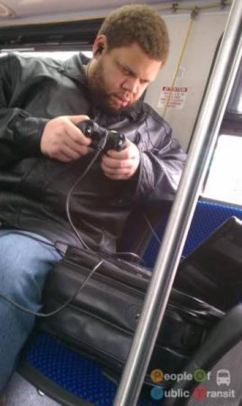 pessoas bizarras em metrô (3)