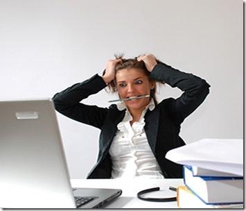 Femme se tirant les cheveux au bureau