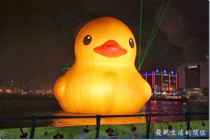 黃色小鴨游進了基隆的海洋廣場。萌樣依舊不減,夜晚更透露著黃光。