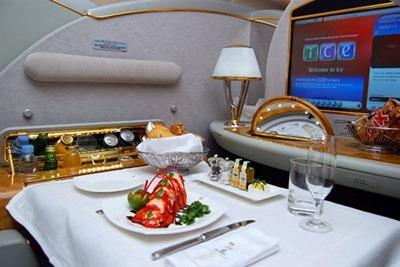 وجبة في طائرة ايه 380 لطيران الامارات