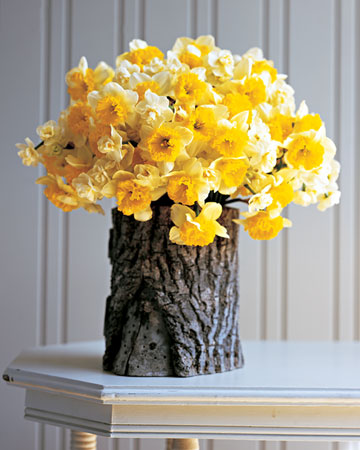 Spring & Summer: Nature brings out its own palette of beauties each season. A lush gathering of daffodils in April or a nosegay of roses in June will instantly make your home feel right now.