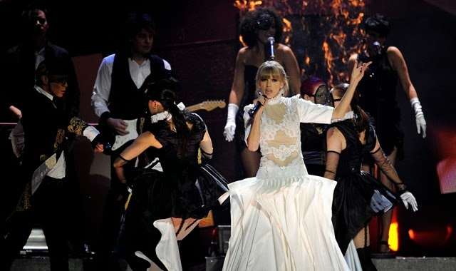 taylor-swift-brit-awards-2013-performance-watch-now-10