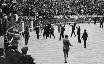 1909-06-17 (Los Toros) espectadores en el ruedo