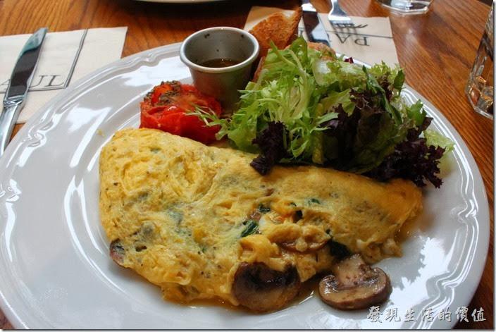 台北-PAUL早午餐。野菇波菜起司煎蛋捲,NT$295+一成服務費。雖然煎蛋捲很大一份,但整體感覺份量有點少,因為少了肉類的主食,煎蛋捲中除了波菜之外還加了磨菇,磨菇一樣有是先料理過。另外還有愛曼達起司,所以讓這份煎蛋捲更豐富有滋味。