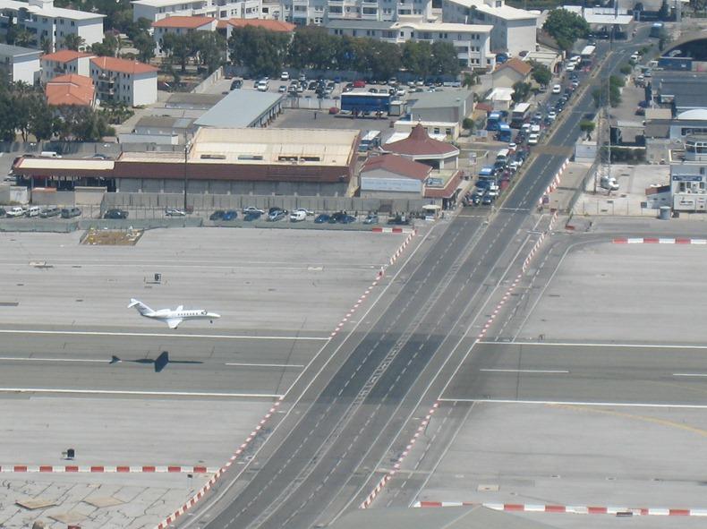 اغرب مطار العالم مدرجه يتقاطع gibraltar-airport-1%