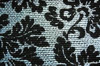 Tkanina metaliczna meblowa. Srebrna, w czarne kwiaty.