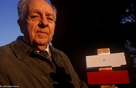 Enric Aguade i Sans (Reus, 1920), lleva del bibero, metge i excursionista, introductor dels GR a Catalunya i Espanya. Fotografiat a casa seva el 16.02.1999.Reus, Baixa Camp, Tarragona
