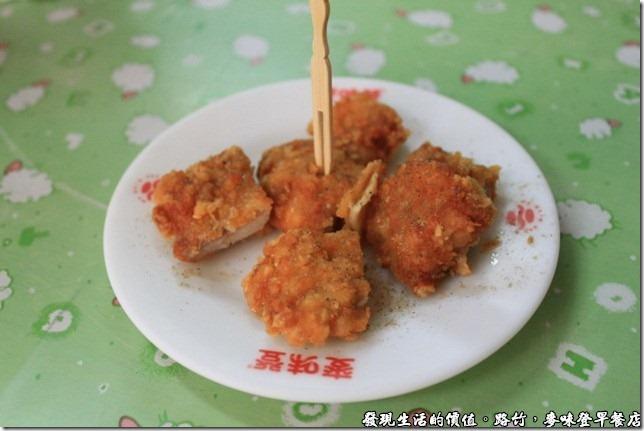 路竹麥味登早餐店,雞腿堡內的雞腿肉,還幫忙切成丁。
