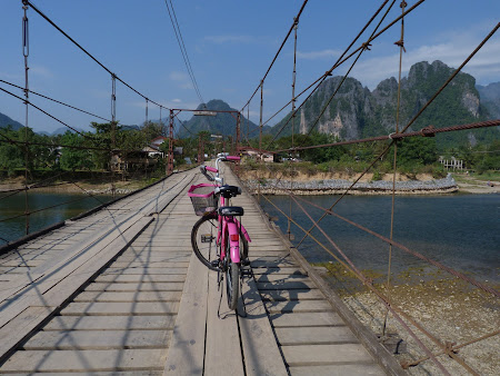 Imagini Vang Vieng: bicicleta roz pe puntea cu toll