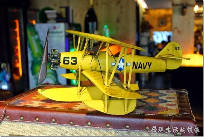 墾丁-冒煙的喬雅客商旅。大廳內除了超有特色的傢俱之外,也有許多的小玩意及裝是可以欣賞,這個是雙翼螺旋槳水上飛機的模型。