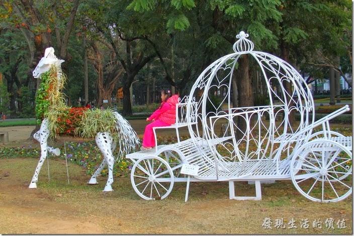 台南-中山公園百花祭。過了幾天再回來看,幽靈馬車身上鏤空的地方已經填滿了花草,看起來就不那麼可怕了。