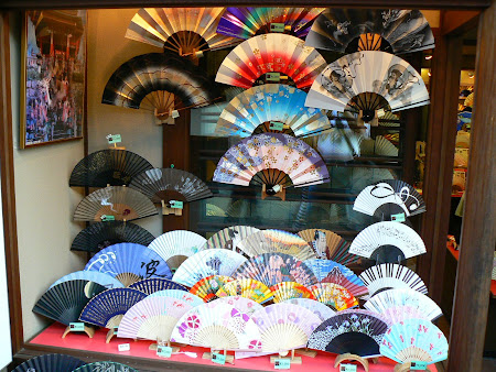 Things to do in Japan: buy a fan as a typical Japanese souvenir